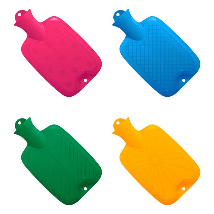 набор разноцветных медицинских грелок с различным рифленым рисунком на поверхности, наполненных водой, на белом фоне